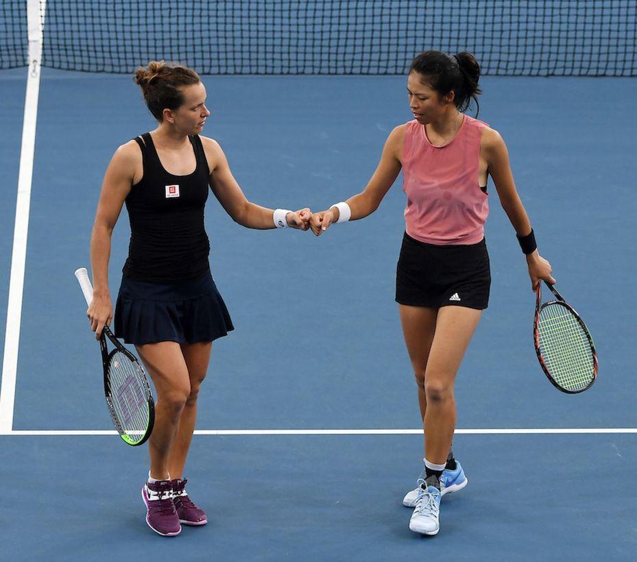 謝淑薇(右)與搭檔史翠可娃,在澳網女雙首勝。 報系資料照