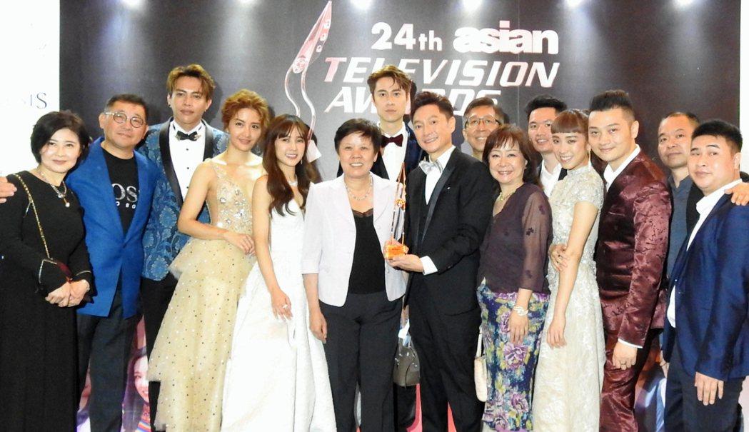 藝人謝祖武(右前5)11日晚上奪下第24屆亞洲電視大獎最佳男主角獎,與中華民國駐