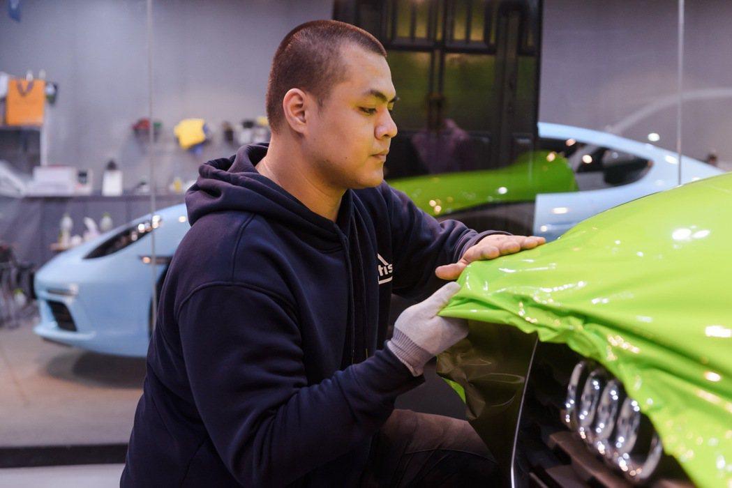 3M車貼2080系列採延展性達130%,更能細緻包覆車體曲面與邊角。 圖/3M提...
