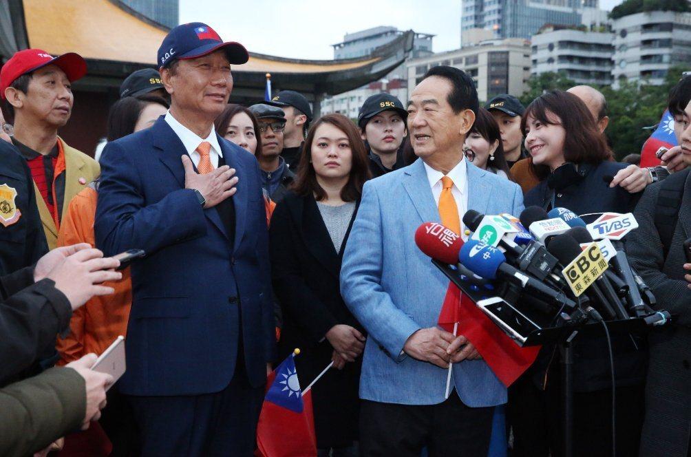 2020親民黨總統候選人宋楚瑜(前右)與鴻海董事長郭台銘(前左)。聯合報系資料照片/記者林俊良攝影