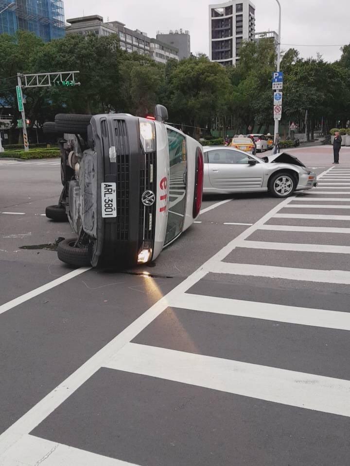 今天一輛救護車載著患者執勤時,與三菱車發生碰撞,當場側翻。記者蕭雅娟/翻攝