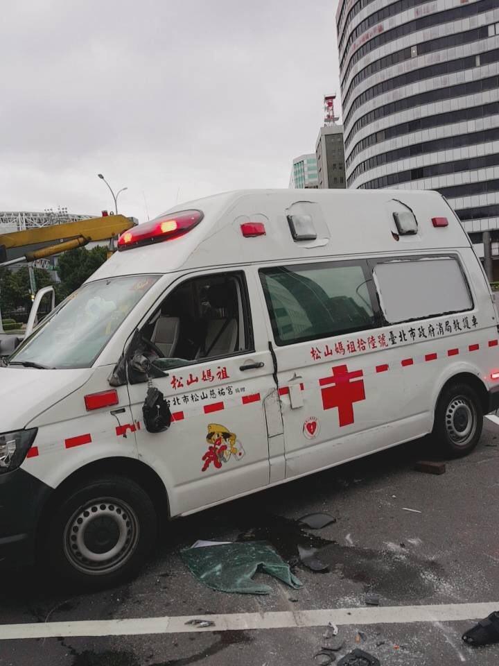 救護車上患者和救護員2人受傷送醫。記者蕭雅娟/翻攝