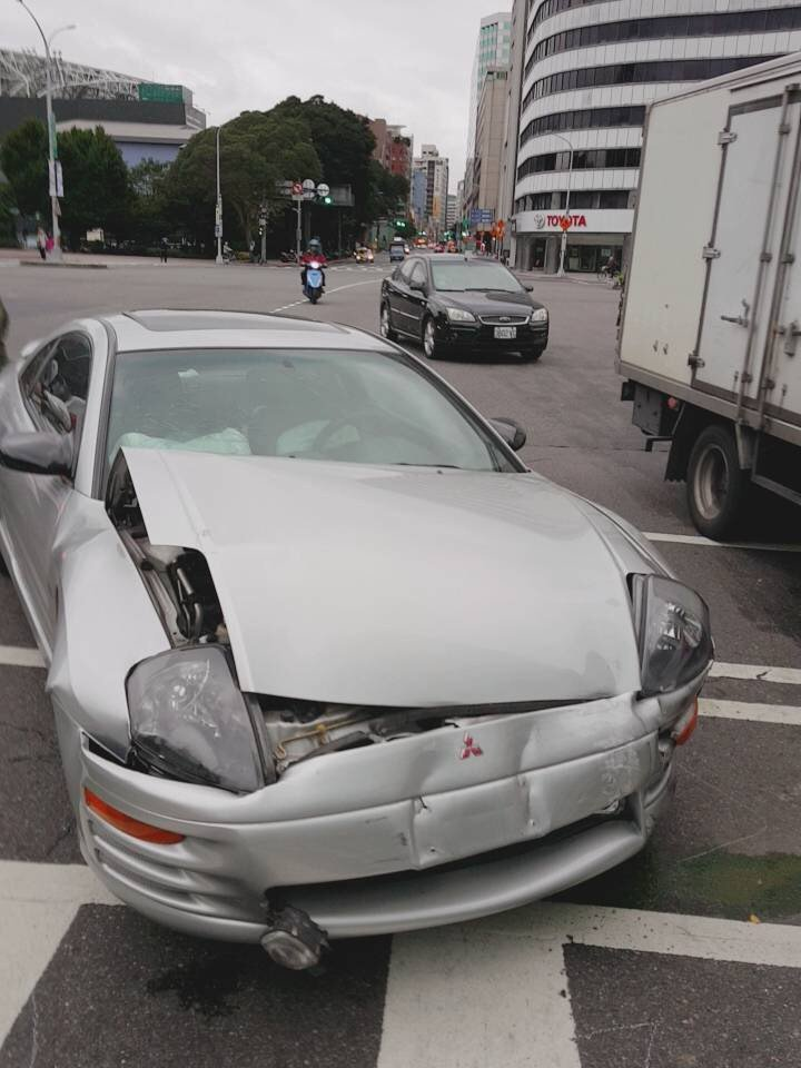 徐姓駕駛疑似沒有避讓救護車釀禍。記者蕭雅娟/翻攝