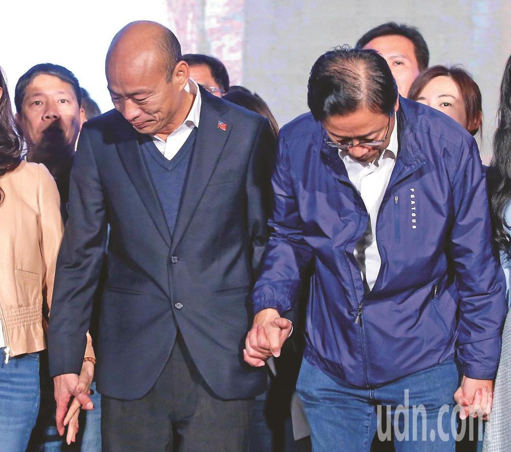 國民黨總統參選人韓國瑜(左)與副手張善政,昨天向群眾深深鞠躬感謝支持。記者林澔一...