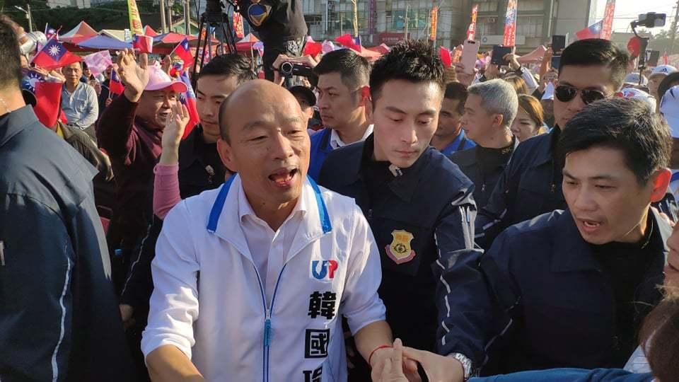 國民黨總統候選人韓國瑜(前左)在雲林西螺岳家開票的結果不理想,地方都歸咎於不分區...