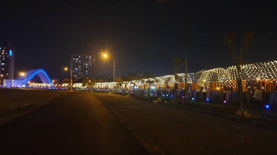 2020台灣燈會在台中舉行,副燈區已點燈開幕,市府打造全城燈會,與建商合作點亮北屯海天橋與和溪沿岸,打造拍照、打卡熱點。圖/台中市新聞局提供