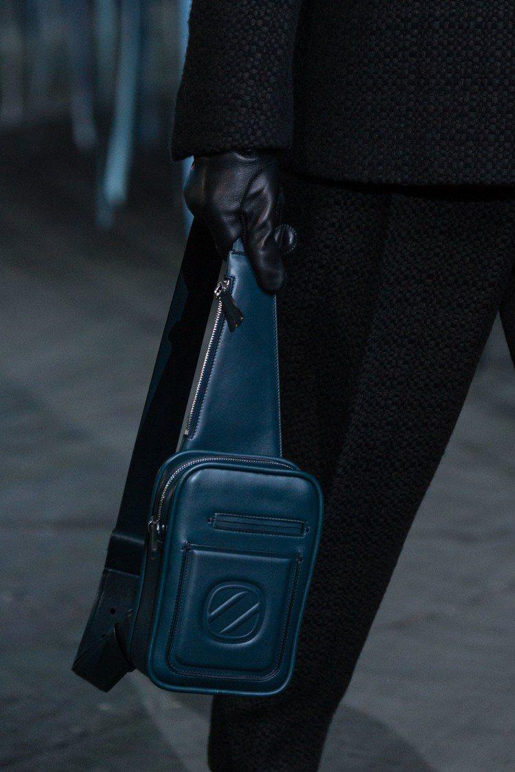 Ermenegildo Zegna推出了的全新的INSTA-PACK斜背包,從攝...