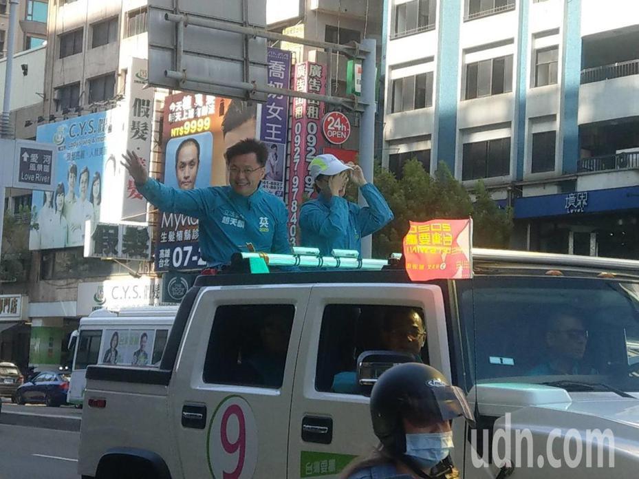 立委趙天麟競選連任,今天上午和太太一起上街頭,感謝各界對他的支持。記者謝梅芬/攝影