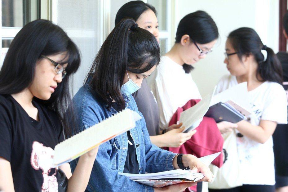 學測即將登場,高中老師提醒考生留意時間,國文科無論選擇題或作文,考前都建議多寫考古題,熟悉考試情境和節奏。本報資料照片
