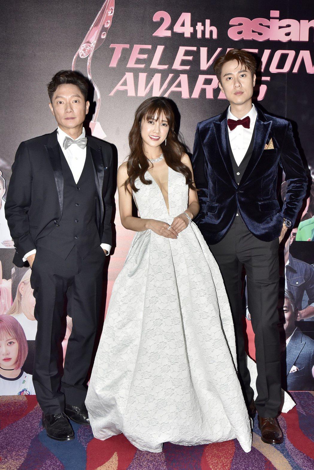 謝祖武(左起)、大元、劉書宏代表「初戀的情人」出席亞洲電視大獎。圖/TVBS提供