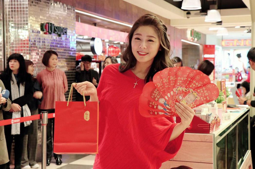 白家綺出席活動秀出為兒特製的紅包袋。圖/民視提供