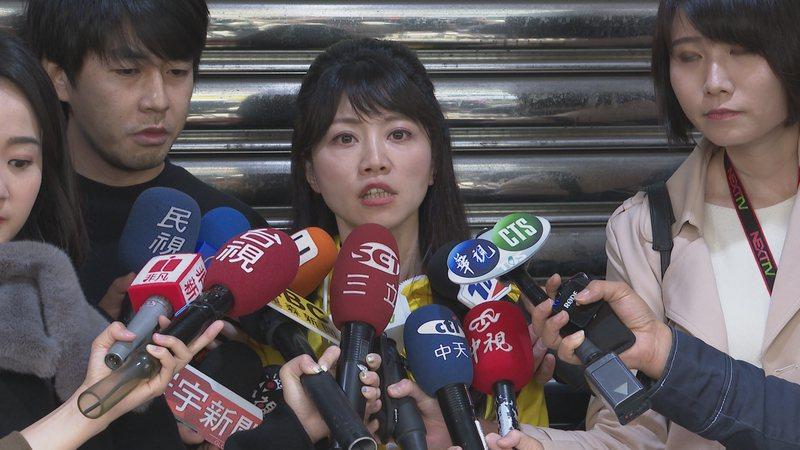 立委當選人高嘉瑜12日前往市場謝票,感謝選民的支持,沿路有許多熱情支持者搶著與她合照。記者王彥鈞/攝影