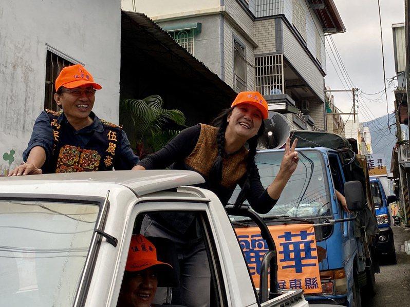 伍麗華(右)以2萬5千餘票當選民進黨首位山地原住民立委,預計得用一周時間跑遍全國謝票。記者江國豪/攝影