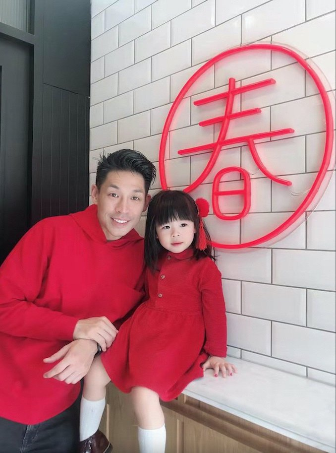藍鈞天與女兒過年穿上紅色衣服添喜氣。圖/故事工廠提供