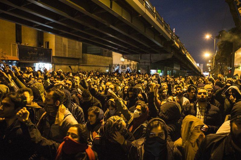 伊朗11日改口承認軍方飛彈誤擊烏克蘭客機,引發民眾在德黑蘭上街哀悼罹難者,並抗議政府意圖隱瞞。(新華社)
