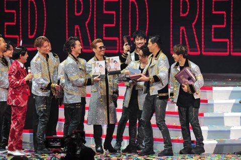 「國民姐夫」AKIRA今天領軍EXILE放浪兄弟登上台北小巨蛋,助陣台視除夕節目「超級巨星紅白藝能大賞」。他們選唱「Heads or Tails」,雙主唱ATSUSHI和TAKAHIRO超強歌聲搭配...