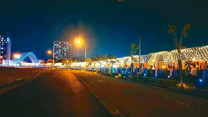 2020台灣燈會在台中舉行,副燈區已點燈開幕,市府打造全城燈會,與建商合作點亮北屯海天橋與旱溪沿岸,打造拍照、打卡熱點。 圖/台中市新聞局提供