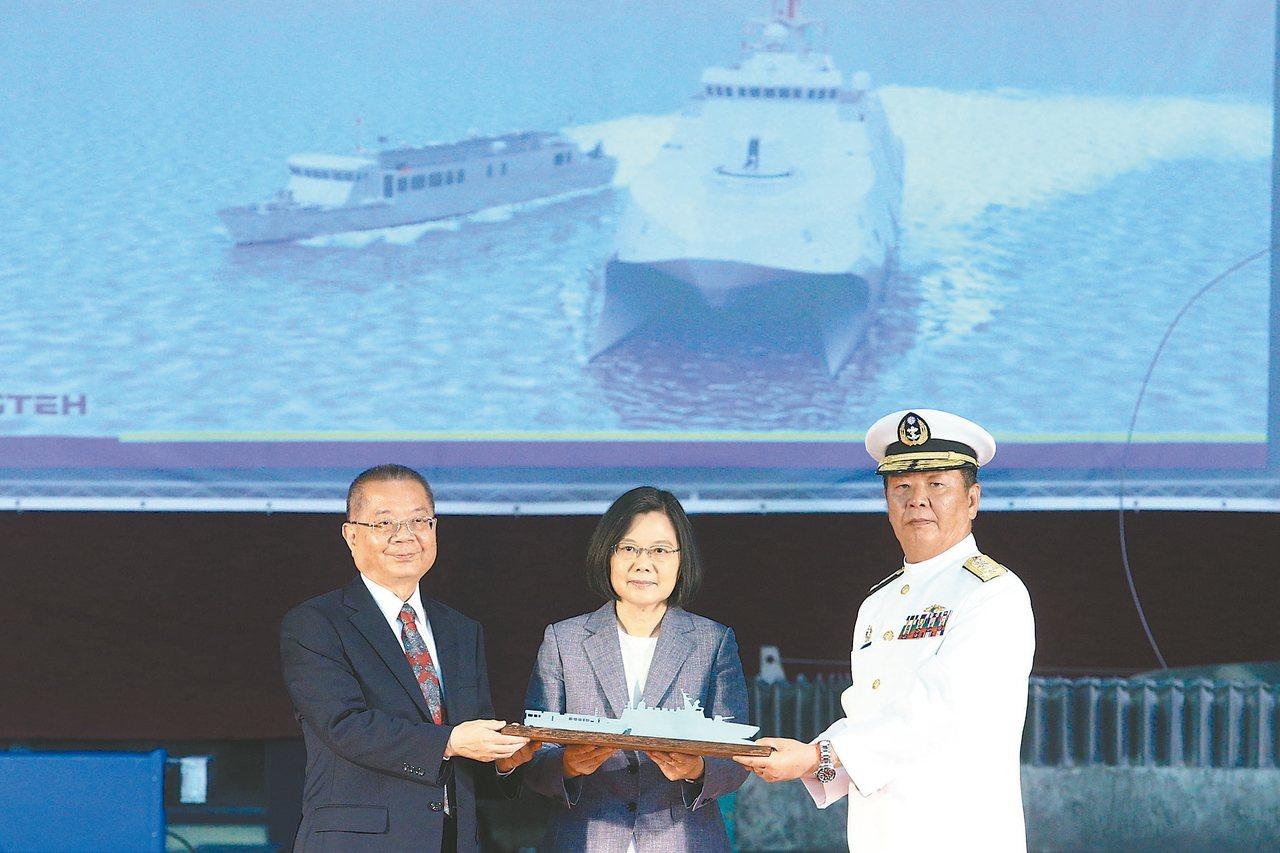 海軍司令黃曙光(右)。 圖/聯合報系資料照片