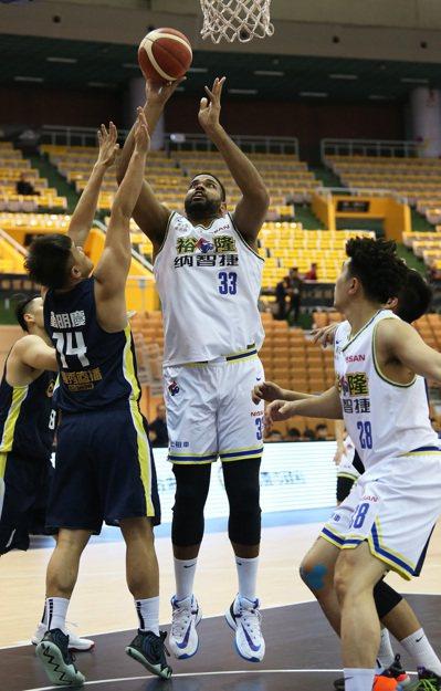 裕隆楊絳賽勒(中)在籃下高舉高打。圖/中華籃協提供
