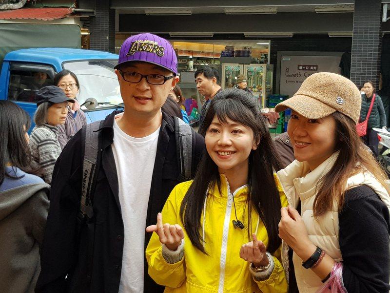 民進黨台北市立委第四選區當選人高嘉瑜(前中)昨在內湖737市場徒步謝票,吸引民眾合照。記者翁浩然/攝影