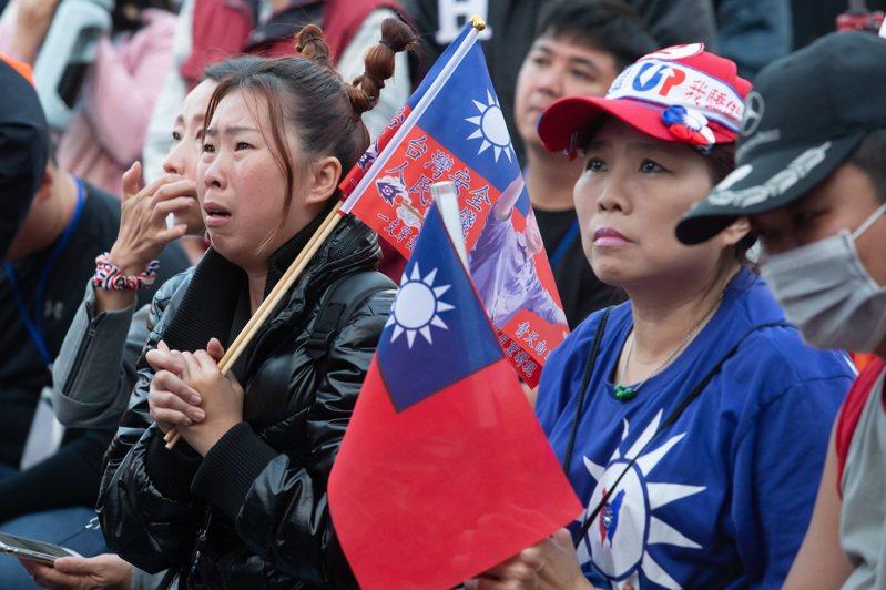 國民黨總統候選人韓國瑜在大選落敗,支持者傷心落淚。圖/聯合報系資料照片