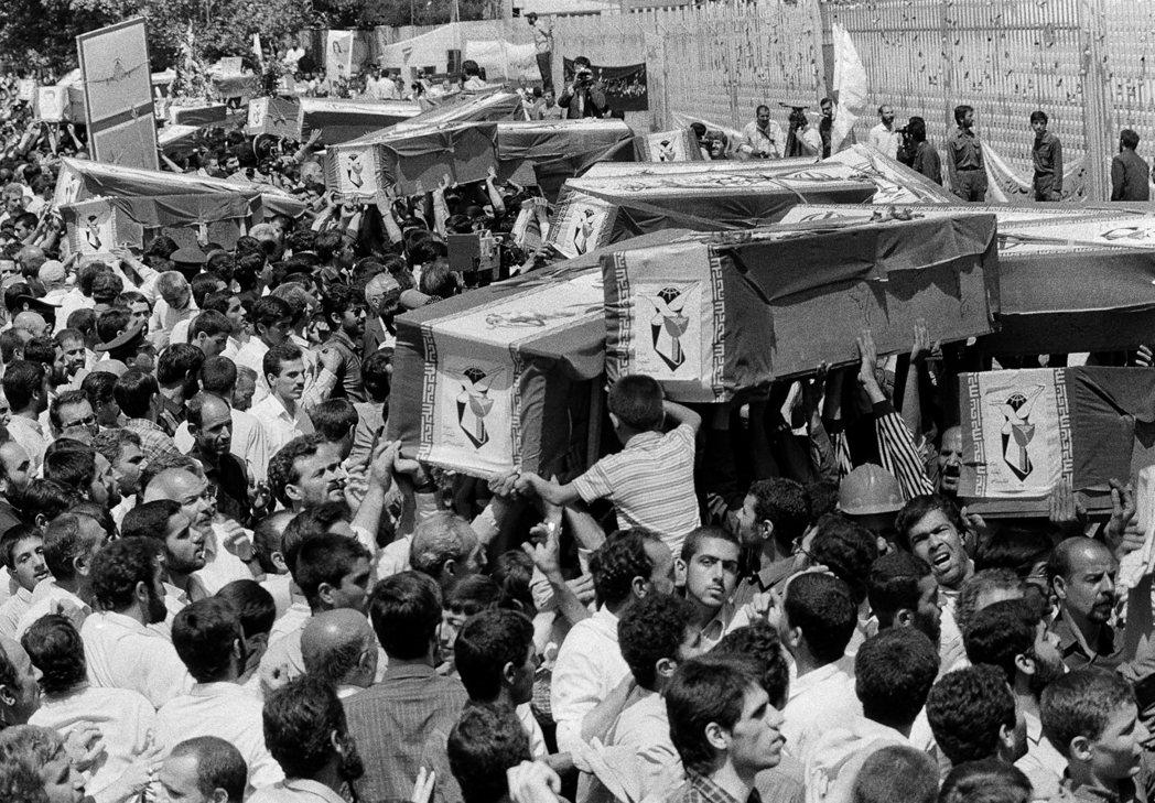 遭美軍戰艦誤擊的伊朗航空班機罹難者,1988年7月7日在德黑蘭舉辦集體葬禮。 (...