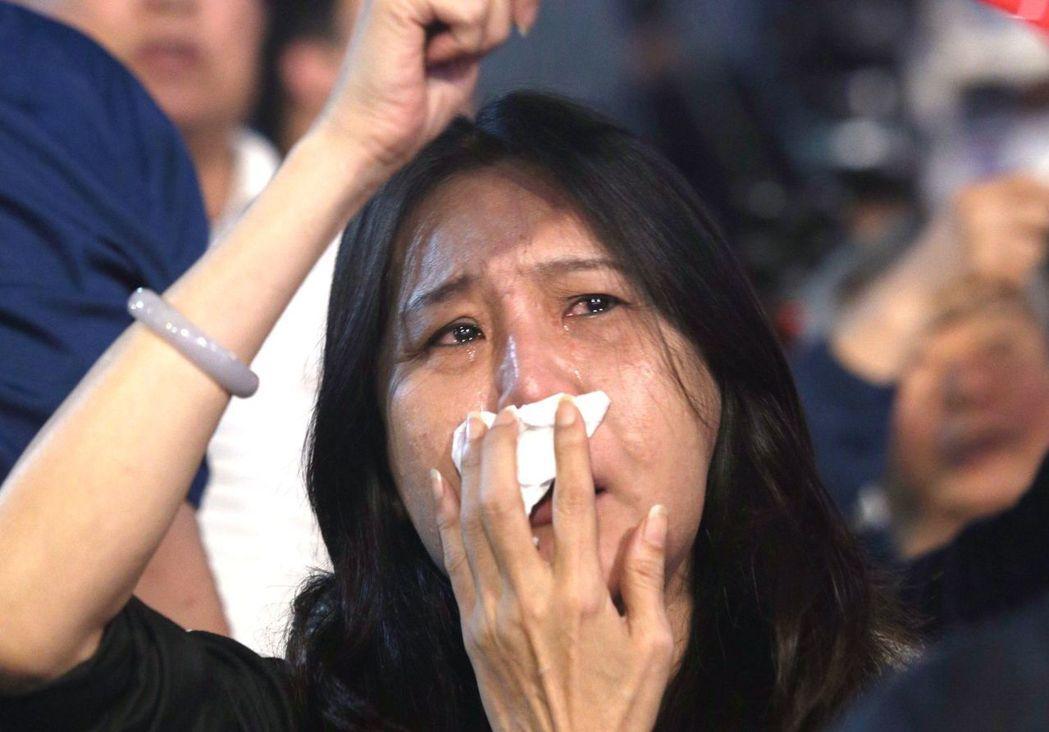 大選開票夜,韓國瑜高雄總部許多人黯然落淚,不捨韓國瑜落選。記者劉學聖/攝影
