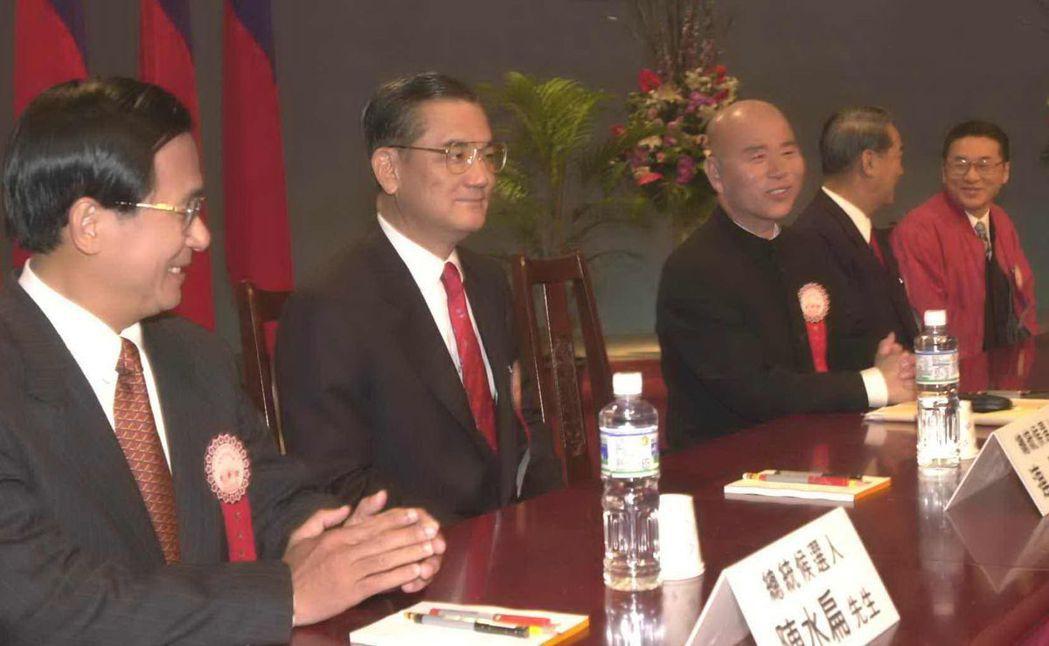 2000年5位總統候選人左起陳水扁、連戰、許信良、宋楚瑜、李敖,坐等電視政見發表...