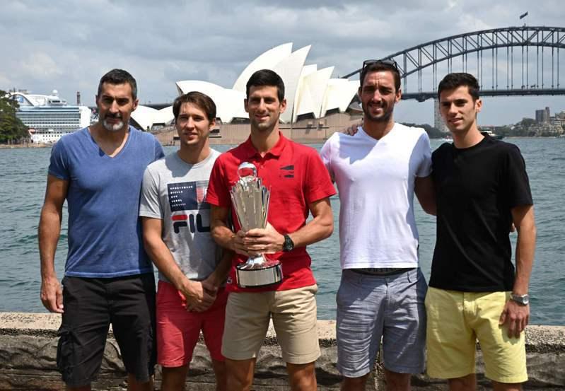 ATP盃奪冠的塞爾維亞,在雪梨歌院前合影,圖中舉盃為約克維奇。 法新社