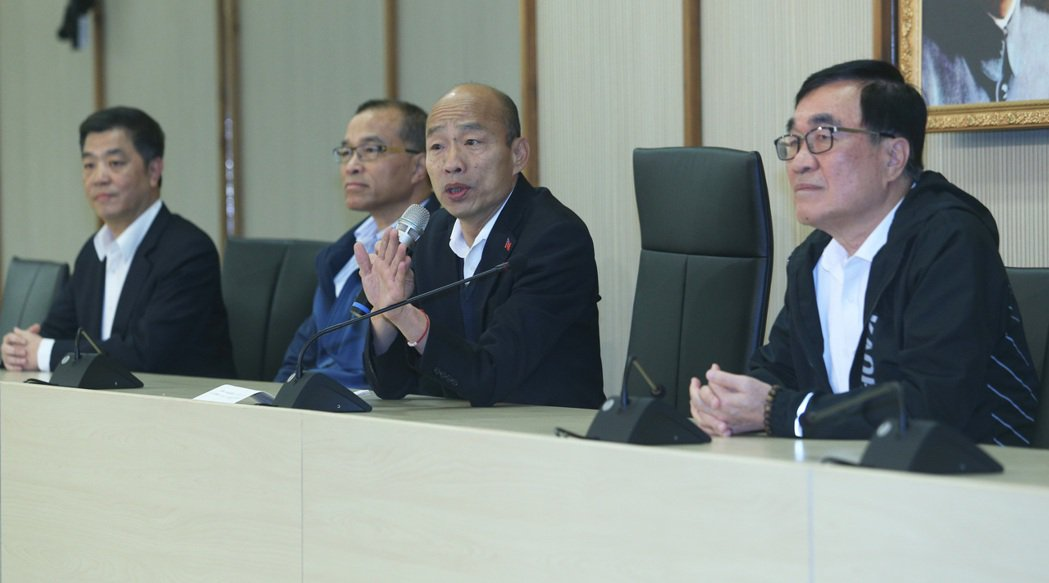 高雄市長韓國瑜(右二)今天銷假上班,現場有民眾前來送花大喊加油,針對是否競選國民...