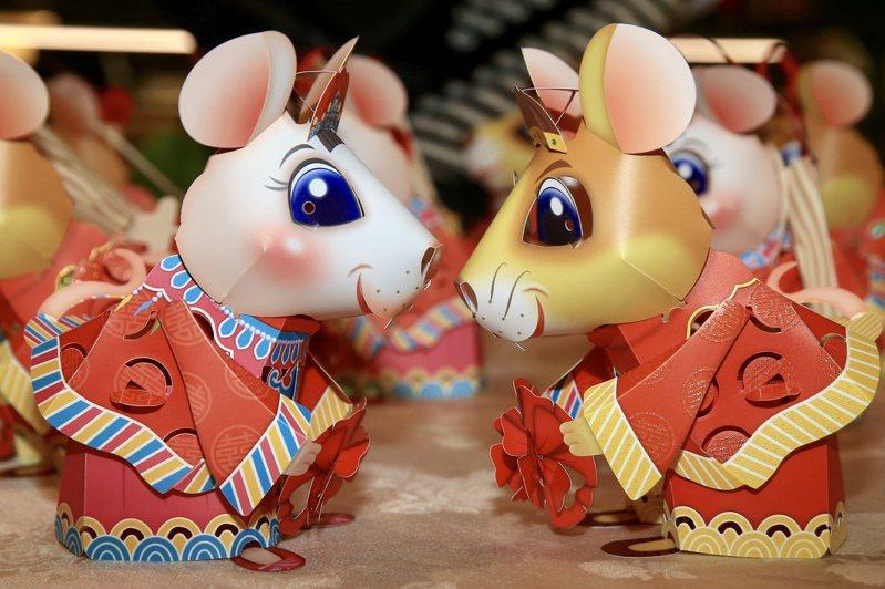 2020台灣燈會主燈和小提燈今天首度曝光。小提燈「吉利鼠與美力鼠」以今年生肖鼠為題,以老鼠娶親故事為發想,相當俏皮可愛。記者林伯東/攝影