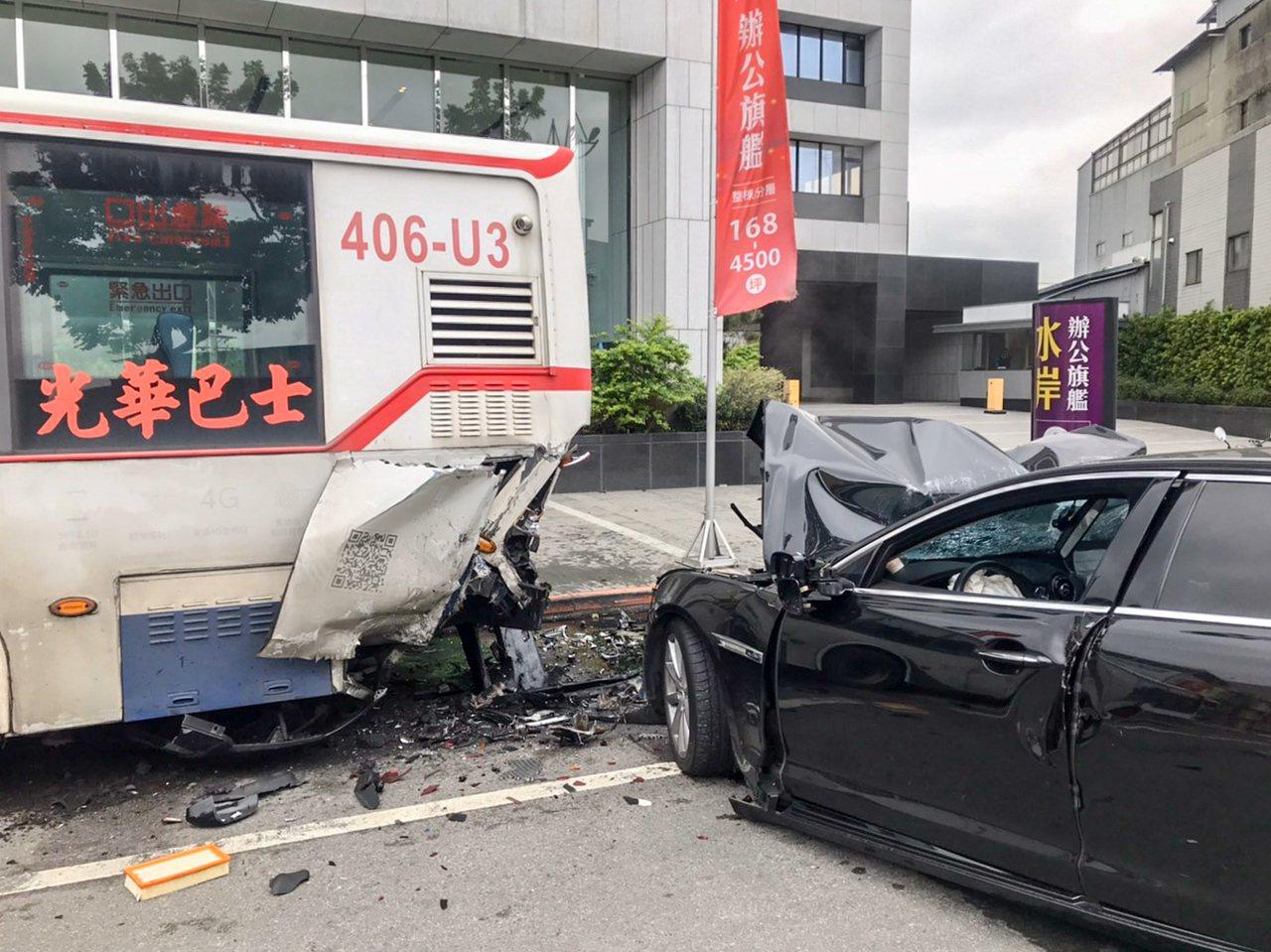 台北市士林區延平北路六段發生轎車追撞公車事故。記者蔡翼謙/翻攝