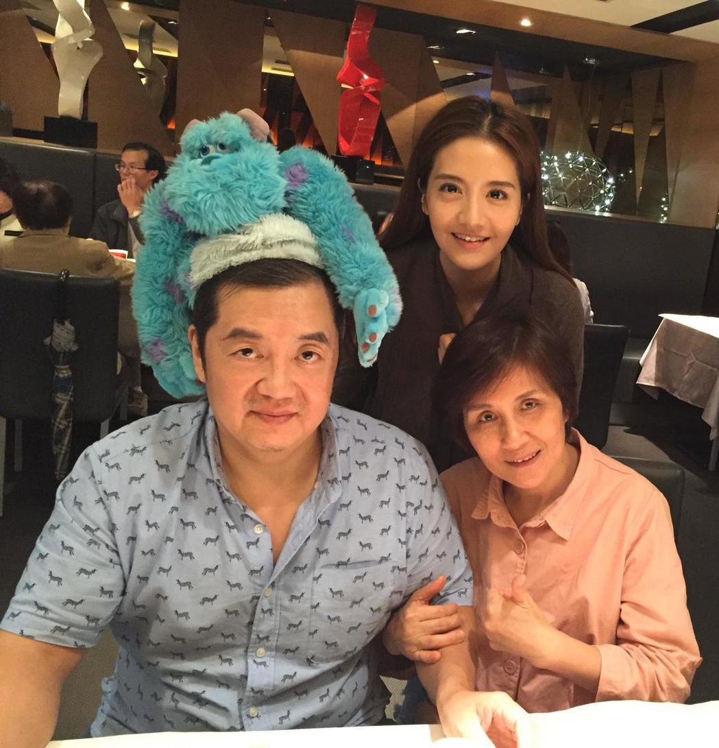 李宣榕與父母。圖/寶麗來提供