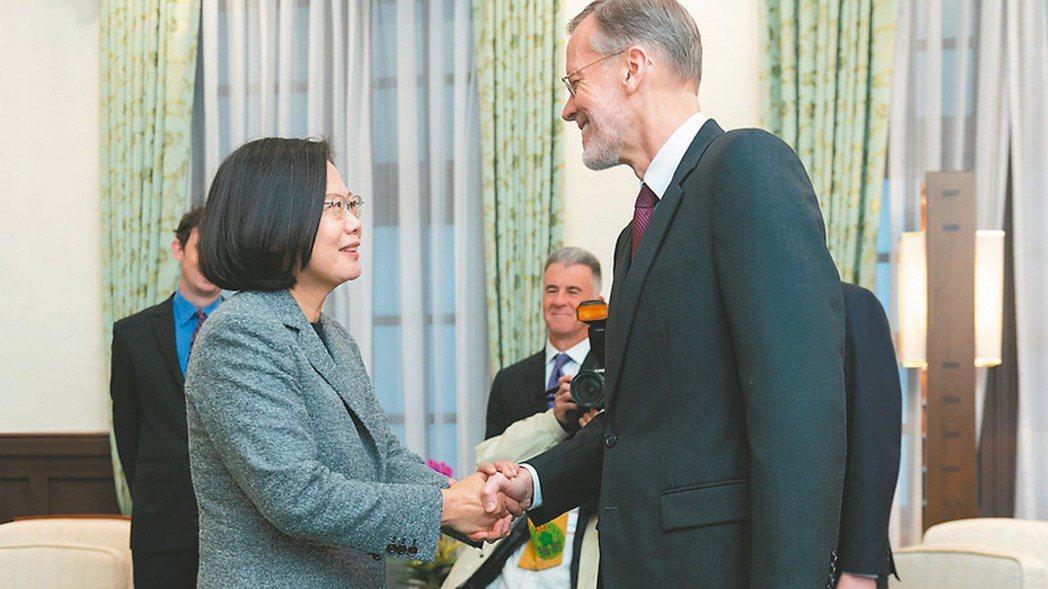 蔡總統(左)昨日接見美國在台協會台北辦事處處長酈英傑。 總統府/提供