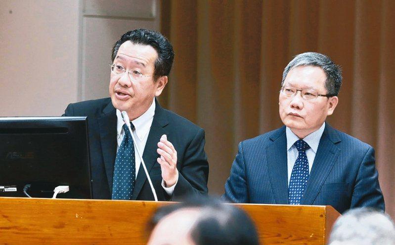 立院財委會去年12月邀金管會主委顧立雄(左)、財政部長蘇建榮(右)就「自然人董事制度對公股行庫管理之影響與因應」專題報告,並備質詢。 本報系資料庫
