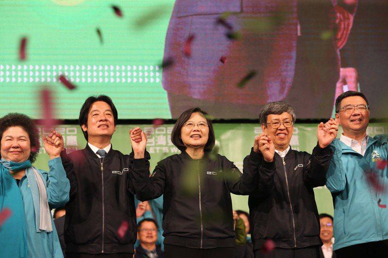 2020總統及立委選戰由民進黨大獲全勝,總統候選人蔡英文(中)、副總統候選人賴清德(左2)、現任副總統陳建仁(右2)、總統府秘書長陳菊(左)及黨主席卓榮泰(右)11日晚間在台北競總外感謝支持者,現場飄下勝利彩帶,氣氛熱絡。 中央社