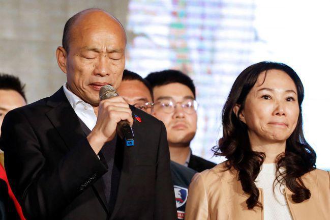韓國瑜(左)在總統大選落敗,原因包括失去今年118萬名首投族的多數人支持,或許凸...