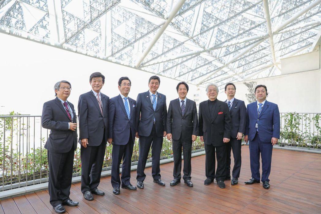 副總統當選人賴清德(右四)與日本眾議員岸信夫及山口縣議員造訪南美館。  南美館 ...