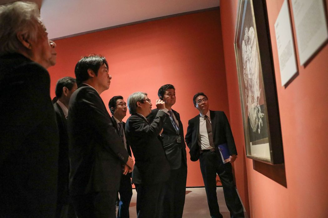 潘襎館長介紹「南薰藝韻」展出的陳澄波作品「新樓庭院」。  南美館 提供