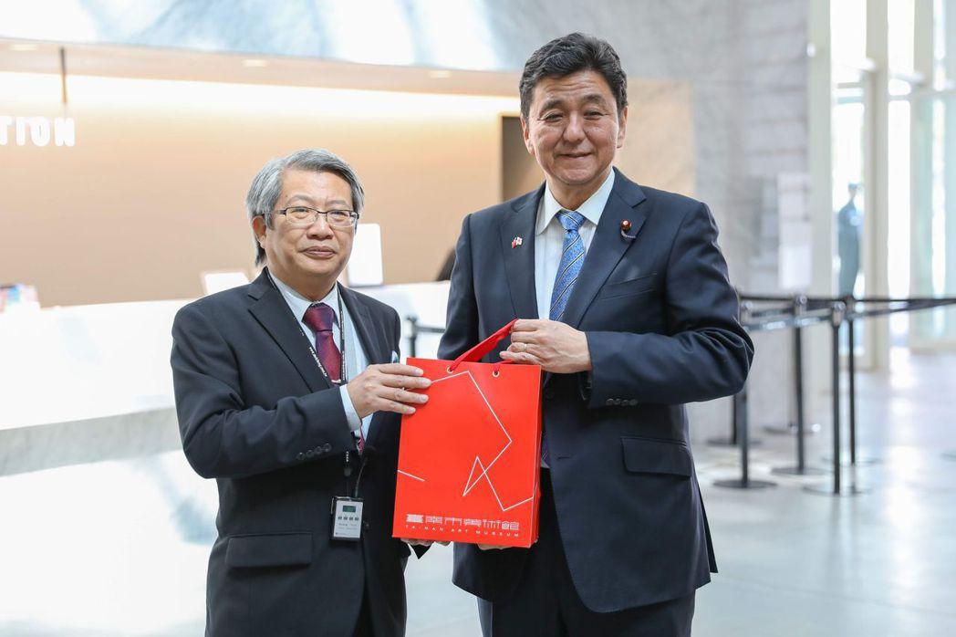 潘襎館長(右)致贈禮品予日本岸信夫眾議員。  陳慧明 攝影