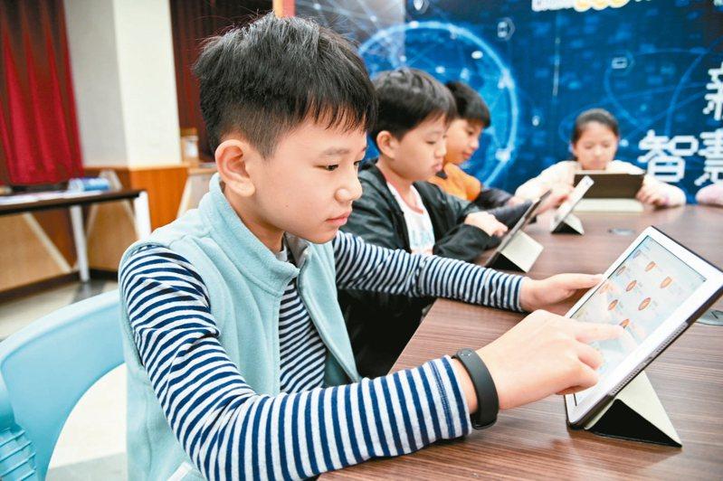 新店國小學生自主操作線上平台學習多元課程情形。 圖/新北市政府提供