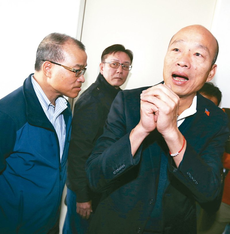 高雄市長韓國瑜今天銷假上班,現場有民眾前來送花大喊加油,針對是否競選國民黨黨主席,韓國瑜表示未來重點是放在市政,沒有考慮競選黨主席。 記者劉學聖/攝影
