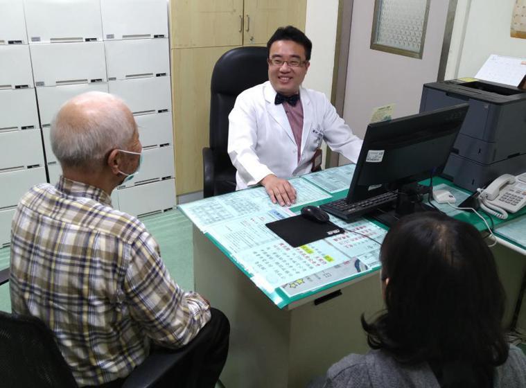 治療酒癮新藥證實有療效,醫師王紹成呼籲及時治療。 記者周宗禎/攝影