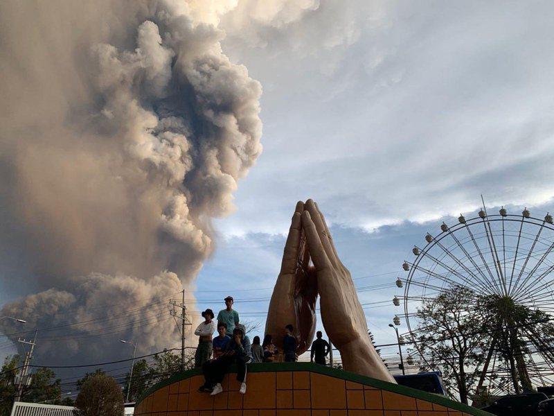 菲律賓塔爾火山(Taal)瀕臨爆發,持續噴發蒸汽和火山灰。 美聯社