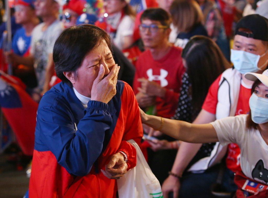 韓國瑜票數一路落後,在高雄競選總部的支持者流下眼淚。 圖/聯合報系資料照片