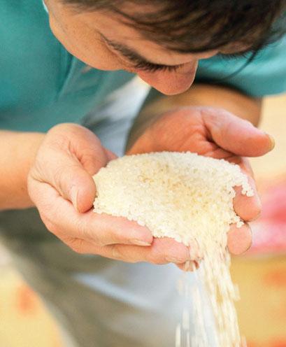 湊近聞聞米的氣味,有無發霉的難聞味道。 圖片提供/台灣好食材.攝影/陳家偉