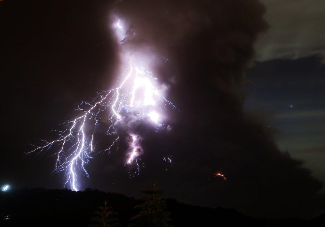 15公里高的火山灰雲伴隨著打雷閃電的末日景象,讓「菲律賓火山及地震研究所」(Ph...