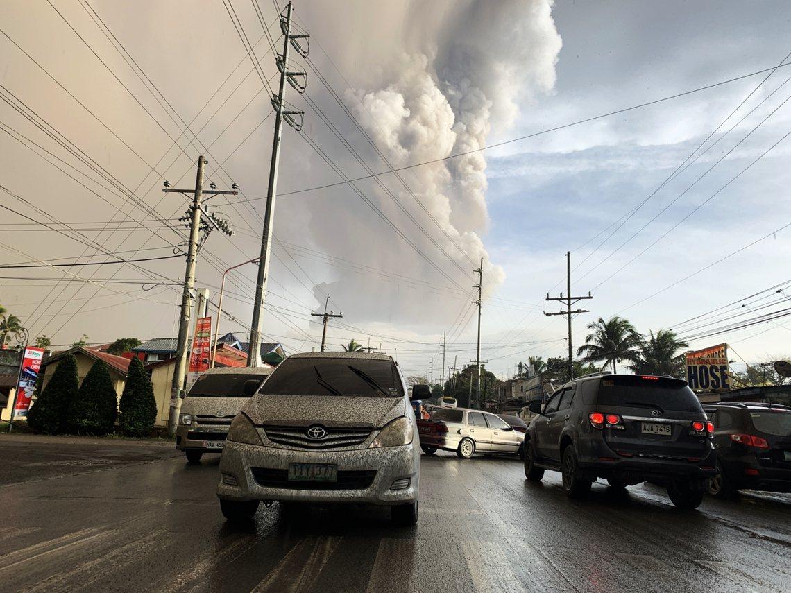 塔爾火山噴發後,大量的火山灰也隨著西南風向吹拂,擴散至周遭的卡拉巴松大區(Cal...