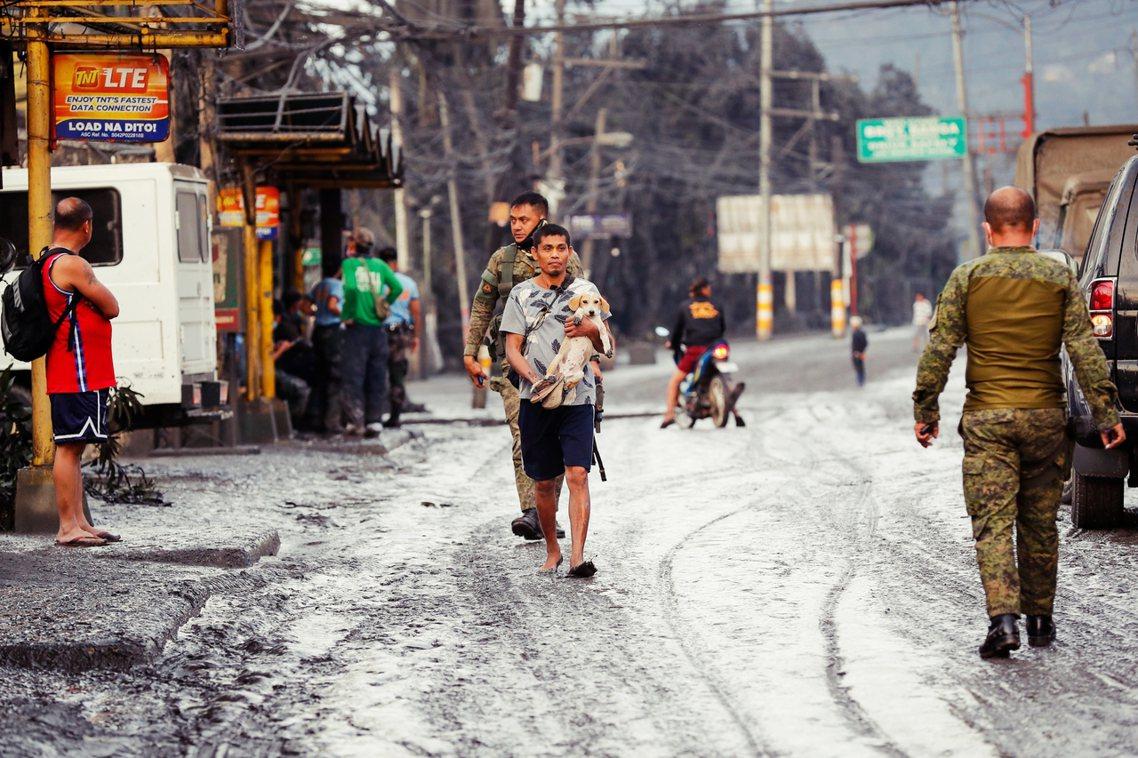 卡拉巴松大區、中央呂宋大區,以及馬尼拉首都圈,13日全面停班,政府機構則宣布停班...