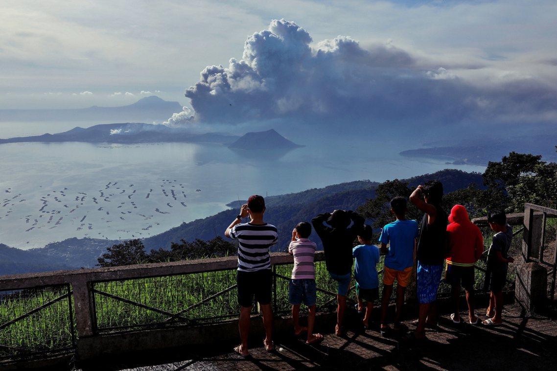 為了因應火山爆發的可能,菲律賓當局自12日起,已經下令緊急疏散以塔爾火山島為中心...